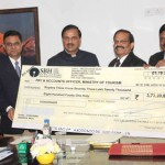 The Minister of State for Culture (IC), Tourism (IC) and Civil Aviation Dr. Mahesh Sharma receiving a dividend cheque from the India Tourism Development Corporation (ITDC) in New Delhi.