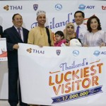 Sugree Sithivanich, TAT's Deputy Governor for Marketing Communications , along with Thai tourism industry executives jointly welcome AL Shaqsi Yaqdhan Hamad Khalifa, Thailand's 17 millionth visitor for this year.