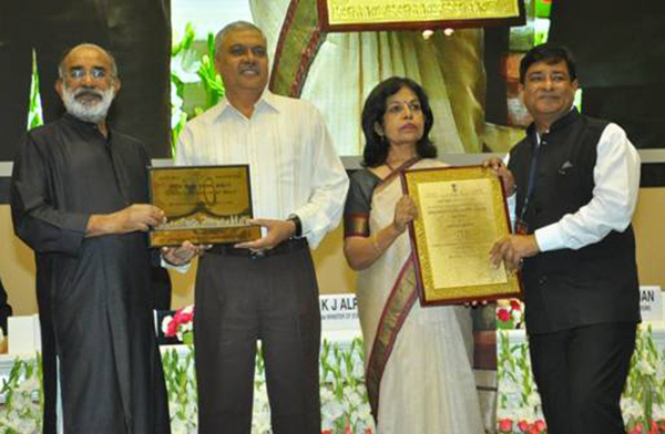 Mr. Manoj Gangal, Airport Director, Sardar Vallabhbhai Patel International Airport, Ahmedabad along with Mr. Keshava Sharma, Regional Executive Director (WR) AAI receiving the National Tourism Award 2016-17 by Mr. K.J. Alphons, Minister of State (IC) for Tourism, for Best Airport in Major Cities Category.