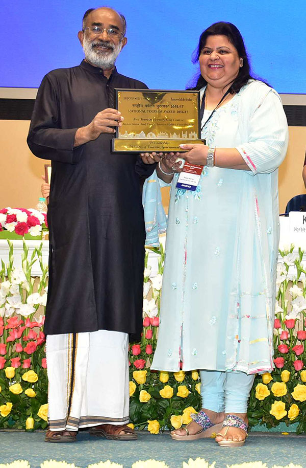 Mrs. Manju Sharma, Managing Director - Jaypee Hotels & Resorts receiving the award from Hon'ble Union Tourism Minister